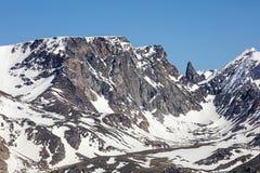Uthärdar för snölock för tanden alpin bakgrund för himmel Royaltyfri Bild