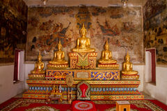 Uthai Thani, Tailândia - dezembro, 17, 2016: Buda dourada em Wa Fotos de Stock Royalty Free