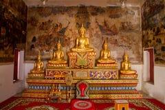 Uthai Thani, Tailandia - diciembre, 17, 2016: Buda de oro en Wa Fotos de archivo libres de regalías