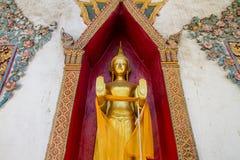 Uthai Thani, Thailand - December, 17, 2016: Guld- Buddha i Wa Arkivfoton