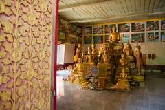 Uthai Thani, Thailand - December, 17, 2016: Guld- Buddha i Wa Royaltyfri Bild