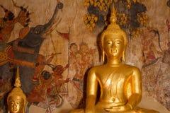 Uthai Thani, Thailand - December, 17, 2016: Guld- Buddha i Wa Royaltyfria Foton