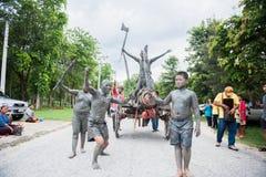 Uthaithanee, Tailandia - 30 DE MAYO DE 2019: La gente viste para arriba los caracteres en la novela que caminan en el desfile fav imagen de archivo