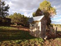 Uthus i borggård i sommartid Arkivbild