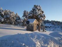 Uthus i borggård i vintertid Royaltyfria Bilder
