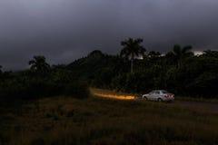 Uthyrnings- bil nära Candelaria på Kuba Arkivbilder