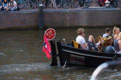 Uthyrnings- fartyg i de amsterdam kanalerna fotografering för bildbyråer