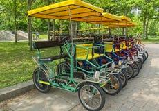 Uthyrnings- fyra hjulcyklar i parkerar arkivfoto
