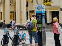 Uthyrnings- gatakiosk för cykel i det västra slutet, London royaltyfri bild