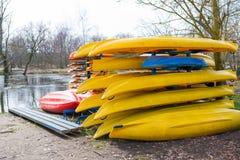 Uthyrnings- kajaker och kanoter på den Welna floden Wielkopolska royaltyfri bild