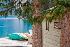 Uthyrnings- punkt för kanoter på morän sjön arkivfoton