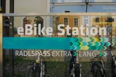 Uthyrnings- station för elektrisk cykel i den Burghausen Tyskland Arkivbilder