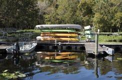 Uthyrnings- station för kajaker och för kanoter royaltyfria foton