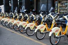 Uthyrnings- station för offentlig cykel i Milan Italy Arkivfoto