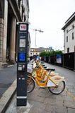 Uthyrnings- station för offentlig cykel i Milan Italy Royaltyfria Bilder