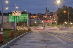 UTICA, NEW YORK - 30 DE SETEMBRO DE 2018: Tiro da noite de ruas da cidade de Utica com sinal e sinal no fundo imagem de stock royalty free
