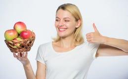 Utile et savoureux vitamine et nourriture suivante un r?gime verger, fille de jardinier avec le panier de pomme Femme heureuse ma photo libre de droits