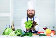 Utile per sano Uomo del cuoco unico in cappello Ricetta segreta di gusto Essere a dieta e alimento biologico, vitamina Cuoco barb fotografie stock libere da diritti