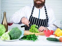 Utile pour la quantité importante de faire cuire des méthodes Procédés de cuisson de base Chef principal d'homme ou nourriture à  photos stock
