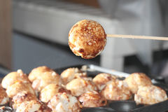 Utilice el pincho de la esfera asada a la parrilla sazonada harina japonesa de cocinar caliente, en foco selectivo fotografía de archivo