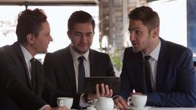 Utilice la tableta en una reunión de negocios almacen de video