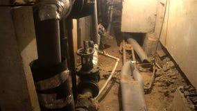 Utilidades subterrâneas, esgoto da lama de um dos porões de casas de apartamento vídeos de arquivo