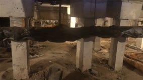 Utilidades subterrâneas, esgoto da lama de um dos porões das casas de apartamento que desabilitam e que permitem a iluminação def video estoque