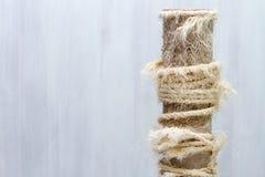 Utilisé rayant le courrier avec les cordes déchirées, vieil arbre de chat sur le fond blanc, l'espace de copie pour le texte photos libres de droits