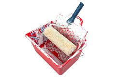 Utilisé, rouge, sale, le seau de peinture avec le rouleau de peinture se trouve sur la grille D'isolement sur un fond blanc avec  images libres de droits