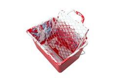 Utilisé, rouge, sale, seau de peinture D'isolement sur un fond blanc avec un chemin de découpage images stock