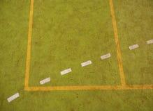 Utilisé tapis velu rouge vert sur le terrain de jeu extérieur de hanball Secteur pulsant photographie stock