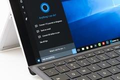 Utilisant Cortana sur pro 4 extérieurs images libres de droits