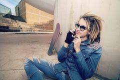 Utilisant de téléphone des tons chauds futés dehors un filtre s'est appliqué Image libre de droits
