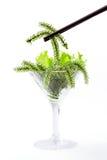 Utilisant des baguettes avec l'algue ovale de raisins de mer en verre de cocktail Images libres de droits