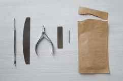 Utilisant des sacs de Papier d'emballage pour les outils de st?rilisation de manucure photos stock