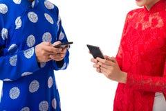 Utilisant des smartphones image libre de droits