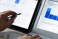 Utilisant l'Analytics de Google dans le bureau Photographie stock