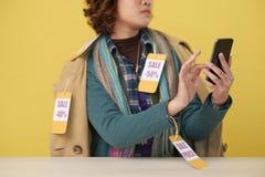 Utilisant l'APP de achat photo libre de droits