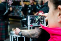 Utilisant l'appareil-photo de téléphone portable Photo libre de droits