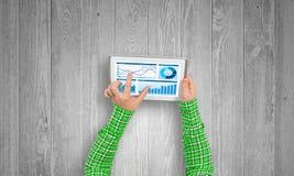 Utilisant l'application financière photos stock