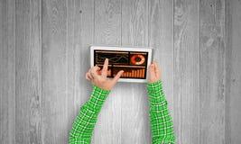 Utilisant l'application financière photo stock