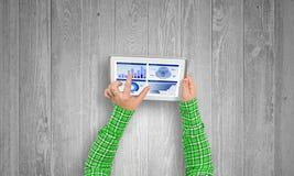 Utilisant l'application financière images stock