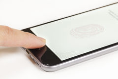 Utilisant l'identification de contact sur un iPhone photographie stock libre de droits
