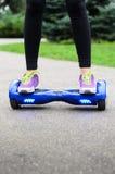 Utilisant l'individu futé électrique de scooter équilibrant Hoverboard Image libre de droits
