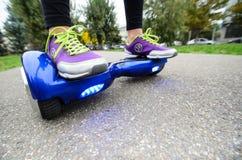 Utilisant l'individu futé électrique de scooter équilibrant Hoverboard Images libres de droits