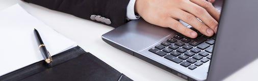 Utilisant l'ordinateur dans le bureau Images libres de droits