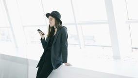 Utilisant la jeune belle femme de téléphone portable dans l'intérieur blanc léger Enregistrement vid?o banque de vidéos