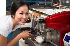 Utilisant la machine de café Photographie stock libre de droits