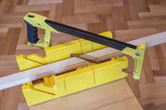 Utilisant la scie et la boîte de mitre 2 de main Image stock