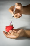 Utilisant la seringue injectez au coeur rouge photo stock